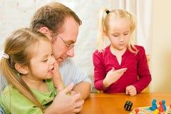 bawić się wpólnie deskowa rodzinna gra Zdjęcie Stock