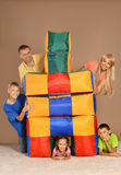 Bawić się z barwionymi poduszkami Obraz Stock