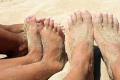 Bawić się z ciekami i rękami na piasku fotografia stock