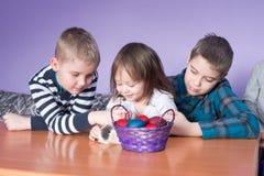 Bawić się z królikiem na stole wielkanoc szczęśliwy zdjęcia stock