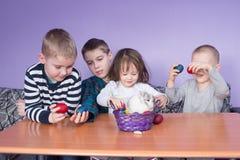 Bawić się z Wielkanocnymi jajkami i królikiem fotografia royalty free