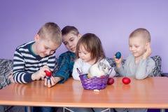 Bawić się z Wielkanocnymi jajkami i królikiem zdjęcia stock