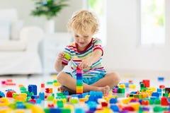 bawić się zabawkę bloku dziecko Zabawki dla Dzieciaków zdjęcia royalty free