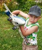 bawić się zabawkę samolotowa chłopiec Zdjęcie Royalty Free