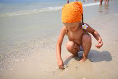 bawić się zabawki plażowa śliczna dziewczyna Obrazy Stock