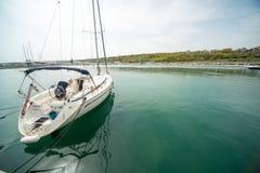 Bawi się żeglowanie jacht na nowym marina Sarafovo w Burgas, Bułgaria Obrazy Stock