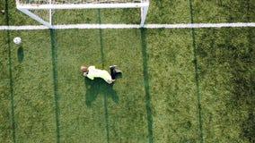 Bawi się chłopiec bieg z piłki nożnej piłką i kopanie piłką bramy zdjęcie wideo