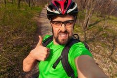 Bawi się cyklisty robi selfie z kciukiem w górę znaka zdjęcia royalty free