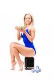 Bawi się dziewczyny z sałatką, puszką proteina i dumbbells, zdjęcie stock