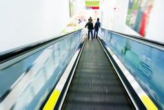 Bawi się eskalatory, supermarket przechuje zdjęcie royalty free