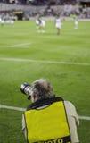 Bawi się fotografa patrzeje akcję Zdjęcie Royalty Free