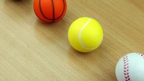 Bawi się gemowe piłki na drewnianym stole zbiory