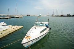 Bawi się jacht w wodnym terenie Burgas molo Sarafovo, Bułgaria Zdjęcie Stock