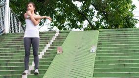 Bawi się kobiety rozciągania bieg w miasto miastowym budynku Zdjęcia Stock