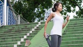Bawi się kobiety rozciągania bieg w miasto miastowym budynku Fotografia Royalty Free