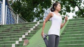 Bawi się kobiety rozciągania bieg w miasto miastowym budynku Obraz Stock