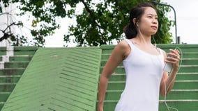 Bawi się kobiety rozciągania bieg w miasto miastowym budynku Obrazy Stock
