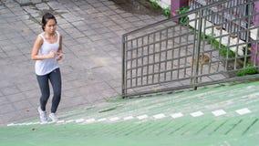Bawi się kobiety używa telefonu komórkowego bieg w miasto miastowym budynku Obraz Stock