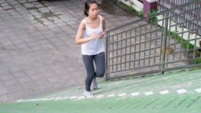 Bawi się kobiety używa telefonu komórkowego bieg w miasto miastowym budynku Obraz Royalty Free