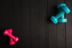 Bawi się kolorowych equipments na szarym tle pojęcie odizolowywający sporta biel Fotografia Royalty Free