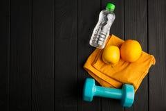 Bawi się kolorowych equipments na szarym tle pojęcie odizolowywający sporta biel Fotografia Stock