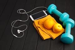 Bawi się kolorowych equipments na szarym tle pojęcie odizolowywający sporta biel Zdjęcie Royalty Free