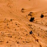 Bawi się kwadrat ściga się przez piaskowatą pustynną podłoga Fotografia Royalty Free