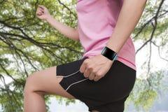 Bawi się ludzi jest ubranym smartwatch z jaskrawym błękitnym zegarka zespołem Fotografia Stock