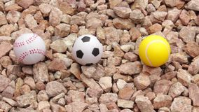 Bawi się piłki na kamieniach zbiory