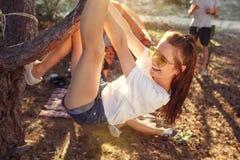 Bawi się przy lasem, obozować mężczyzna i kobiety grupa One relaksuje fotografia royalty free