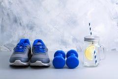Bawi się skład z sporta wyposażeniem i kamieniarza słojem z cytryną Zdjęcie Stock