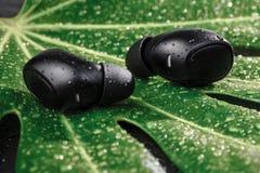Bawi się wodoodporne cordless słuchawki dla słuchać muzykę codziennie obraz royalty free