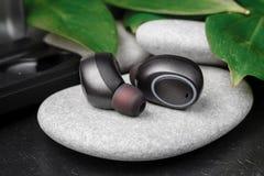 Bawi się wodoodporne cordless słuchawki dla słuchać muzykę codziennie zdjęcie royalty free
