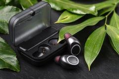 Bawi się wodoodporne cordless słuchawki dla słuchać muzykę codziennie fotografia stock