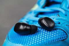Bawi się wodoodporne cordless słuchawki dla słuchać muzykę codziennie obraz stock