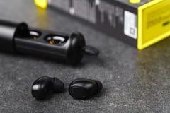 Bawi się wodoodporne cordless słuchawki dla słuchać muzykę codziennie fotografia royalty free