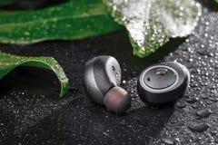 Bawi się wodoodporne cordless słuchawki dla słuchać muzykę codziennie zdjęcia royalty free