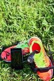 Bawi się zegarek, klatki piersiowej tętno monitor patka smartphone, sneakers (kierowy czujnik) obraz stock