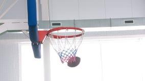 Bawi? si? futbol i koszyk?wk? w gym zbiory wideo
