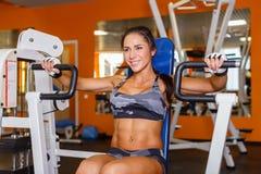 Bawi się kobiety w gym. Zdjęcia Royalty Free