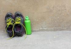 Bawi si? obuwie, termos dla wody na betonowym tle fotografia royalty free
