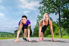 Bawi się plenerowego - młode kobiety robi sprawności fizycznej w parku Fotografia Stock