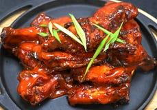 Bawoli kurczaków skrzydła w metalu talerzu zdjęcie royalty free