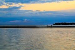 Bawoli NY zmierzch w wiośnie patrzeje nad Jeziornym Erie od parkowego systemu Obraz Stock