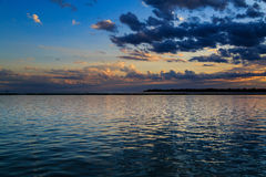 Bawoli NY zmierzch w wiośnie patrzeje nad Jeziornym Erie od parkowego systemu Zdjęcie Royalty Free