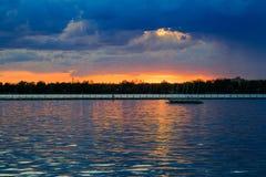 Bawoli NY zmierzch w wiośnie patrzeje nad Jeziornym Erie od parkowego systemu Zdjęcia Stock