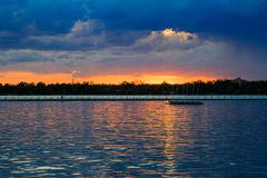 Bawoli NY zmierzch w wiośnie patrzeje nad Jeziornym Erie od parkowego systemu Fotografia Stock