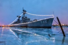 BAY CITY, MICHIGAN, 10 V.S.-JANUARI: - USS Edson bij nacht, is doc. Stock Afbeelding