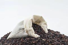Baya del arroz en una cucharón de madera Foto de archivo