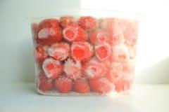 Baya en la congelación Hielo de la baya Rojo grande de la fresa Fotografía de archivo
